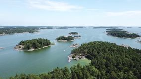 Una hermosa vista sobre las islas aquí en el archipiélago de Finlandia metrajes