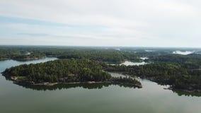 Una hermosa vista sobre las islas aquí en el archipiélago de Finlandia almacen de metraje de vídeo