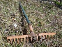 Una herramienta agrícola vieja en jardín en la temporada de otoño en pueblo Imagen de archivo