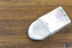 Una herramienta blanca vieja del borrador para suprimir qué dibujo de lápiz o wri Fotos de archivo