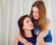 Una hija adolescente joven con una madre Imagen de archivo