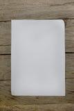 Una hoja de papel con una pluma en el escritorio de oficina de madera Imagen de archivo libre de regalías