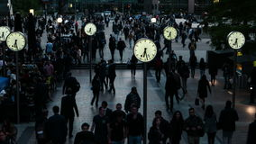 Una hora de conmutación en el distrito financiero - plaza de Reuters, Canary Wharf, Londres, Inglaterra, Reino Unido almacen de metraje de vídeo