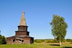 Una iglesia abandonada de madera cerca de un árbol de abedul en Veliky Novgorod en una tarde del verano, Rusia Fotografía de archivo