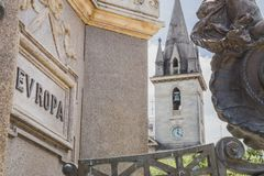 Una iglesia antigua se coloca cerca de un cuadrado con una muestra con la palabra fotos de archivo