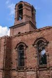 Una iglesia arruinada Parte de la pared de ladrillo y del campanario Imagen de archivo libre de regalías