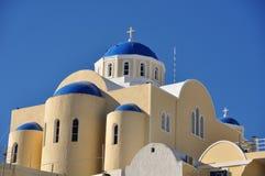 Una iglesia con el tejado azul típico en Fira o Thira en la isla de Santorini Grecia Fotos de archivo libres de regalías
