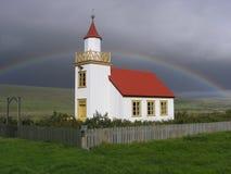 Una iglesia con un arco iris Fotografía de archivo libre de regalías