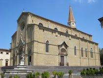 Una iglesia en el cerco de Lucignano en Italia imágenes de archivo libres de regalías