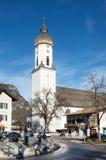 Una iglesia en la ciudad de Garmisch-Partenkirchen en las montañas bávaras, alemanas Imagenes de archivo