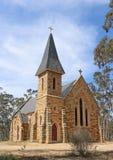 Una iglesia gótica del renacimiento hecha de standstone y del granito locales fue abierta en 1871 Imagen de archivo libre de regalías