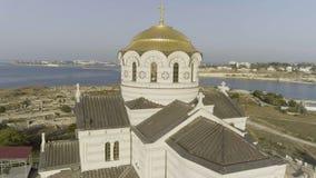 Una iglesia hermosa grande en el banco de un río cerca de la ciudad tiro Opinión aérea fascinante de la orilla de la iglesia foto de archivo