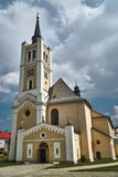 Una iglesia histórica con un campanario i Fotos de archivo