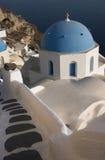 Una iglesia ortodoxa griega en Oia con el fondo del mar, Santorini Foto de archivo libre de regalías