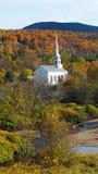 Una iglesia rural en otoño imagenes de archivo