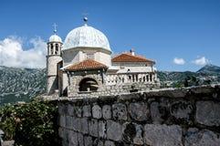 Una iglesia vieja en Perast fotos de archivo