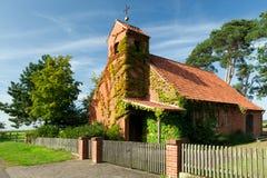 Una iglesia vieja tradicional del pueblo fotografía de archivo libre de regalías