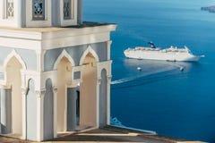 Una iglesia y un cruizer en Santorini Imagen de archivo libre de regalías