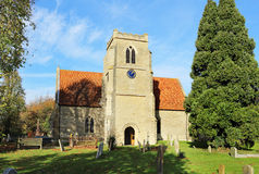 Una iglesia y una torre inglesas de la aldea Imagen de archivo