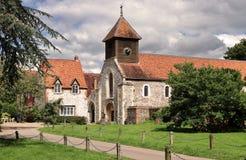 Una iglesia y una torre inglesas de la aldea Imagen de archivo libre de regalías