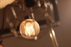 Una iluminaci?n de la l?mpara el?ctrica estilo moderno y del vintage, techo interior que cuelga la bombilla para adornar en el si fotos de archivo