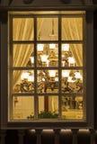 Una iluminación clásica en una ventana de la tienda de la iluminación en la noche, la Navidad comercial de la decoración de la ca Foto de archivo