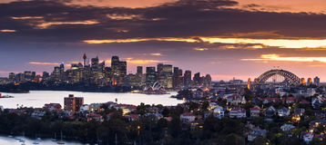Panorama del puerto de Sydney en la puesta del sol Imagen de archivo libre de regalías