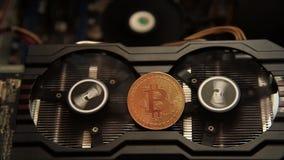 Una imagen abstracta del Bitcoin minero con una fan de la tarjeta gráfica del ordenador almacen de metraje de vídeo
