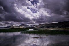 Una imagen agradable de un lago andino Mistic imagen de archivo