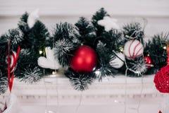 Una imagen cercana de la Navidad roja brillante maravillosamente adornada pega la ejecución en presentes que esperan de una chime Foto de archivo