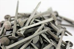 Una imagen de algunos clavos del acero - material de construcción Imagen de archivo