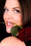 La hembra joven atractiva con subió Imagenes de archivo