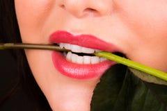 La muchacha atractiva con subió en boca Imágenes de archivo libres de regalías