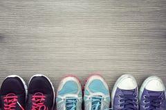 Una imagen de la diferencia, tiro de varios diseño de hombres y zapatos de las mujeres imagen de archivo libre de regalías