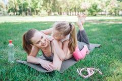 Una imagen de las muchachas que se divierten junto y algo se relajan La pequeña muchacha está mintiendo en su parte posterior del Fotos de archivo libres de regalías