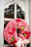 Una imagen de las puertas de la iglesia con la boda florece encendido i Fotos de archivo