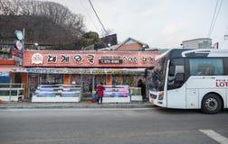 Una imagen de un autobús turístico parado delante de un restaurante coreano foto de archivo