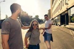 Una imagen de un grupo de amigos que se divierten en la ciudad Imagen de archivo