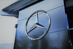 Una imagen de un logotipo de Mercedes Benz - mún Pyrmont/Alemania - 10/14/2017 Fotos de archivo
