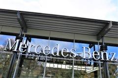 Una imagen de un logotipo de Mercedes Benz - mún Pyrmont/Alemania - 10/14/2017 Imágenes de archivo libres de regalías
