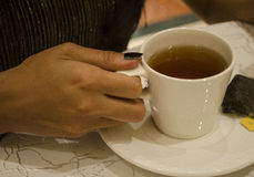 Una imagen de una muchacha que sostiene una taza de té Fotos de archivo libres de regalías