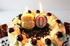 Una imagen del concepto de una torta de cumpleaños con la vela - 80 Fotografía de archivo