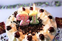 Una imagen del concepto de una torta de cumpleaños con la vela - 21 Imagen de archivo libre de regalías