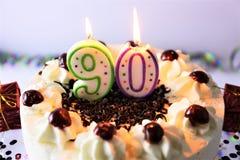 Una imagen del concepto de una torta de cumpleaños con la vela - 90 Fotografía de archivo libre de regalías