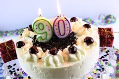 Una imagen del concepto de una torta de cumpleaños con la vela - 90 Fotos de archivo libres de regalías