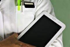 Una imagen del concepto de un doctor con una tableta en su mano imagen de archivo