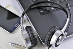 Una imagen del concepto de un escritorio de oficina con auriculares y un teclado imagen de archivo libre de regalías
