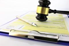 Una imagen del concepto de un uso y de una justicia de la forma imagen de archivo