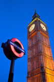 Una imagen del palacio de Westminster con el metro Imagen de archivo libre de regalías
