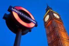 Una imagen del palacio de Westminster con el metro Fotografía de archivo